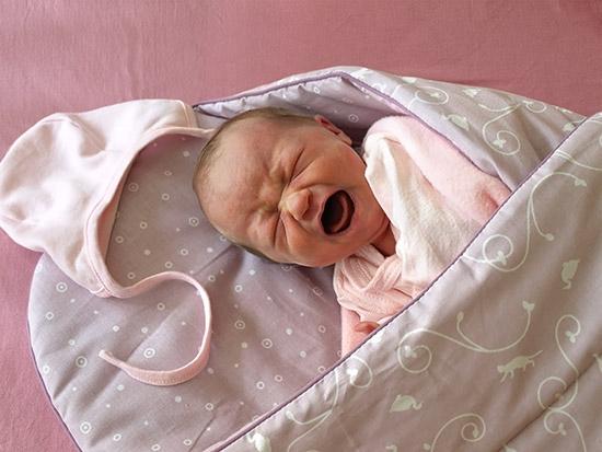 Фото - Когда, через сколько проходят колики у новорожденных мальчиков и девочек? Продукты, вызывающие газообразование у грудничка
